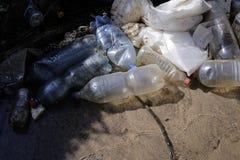 Ciężki zanieczyszczona woda strumień z domowym śmieci fotografia royalty free
