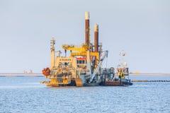 Ciężki zasysający żniwiarza bagier dla budowy markiera Wadden wyspy obrazy stock