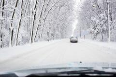 Ciężki zima ruch drogowy z samochodem na śnieżnej coverd drodze Obrazy Royalty Free