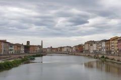 Ciężkie chmury nad Arno nabrzeża i rzeki budynkami, Pisa Zdjęcia Stock
