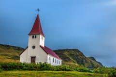 Ciężkie chmury nad lutheran kościół w Vik, Iceland Zdjęcia Stock