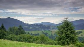 Ciężkie chmury nad Zalesionymi górami i dolinami Czasu upływ zdjęcie wideo