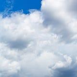 Ciężkie cumulus chmury w niebieskim niebie Obraz Stock