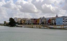 Ciężkie wolumetryczne chmury nad Guadalquivir rzeczną linią w Seville obraz royalty free