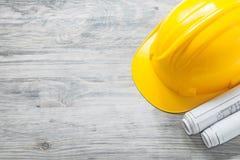 Ciężkiego kapeluszu budowy plany na drewnianej deski budynku pojęciu Obrazy Royalty Free