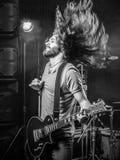 Ciężkiego metalu gitarzysta na scenie obrazy stock