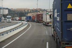 Ciężkiego ruchu drogowego lub ciężarówki transport między fotografia royalty free