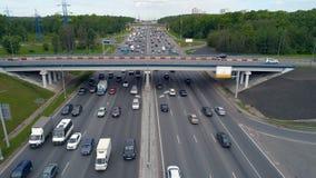 Ciężkiego ruchu drogowego pojęcie Droga z pojazdami rusza się w dwanaście pasach ruchu z betonuje most above zdjęcie wideo