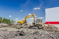 Ciężkiej budowy maszyneria jest niwelacyjnym placem budowy zdjęcia stock