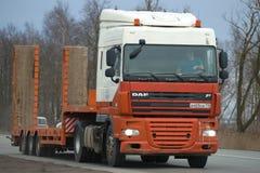 Ciężkiej ciężarówki DAF serie XF z przyczepą dla transportu budowy wyposażenia zakończenie na drodze Obrazy Stock