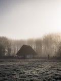 Ciężkiej mgły wschodu słońca chlewu staromodna chałupa Obrazy Royalty Free