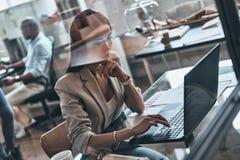 ciężko pracującym Odgórny widok nowożytna młoda kobieta używa komputerowego whil zdjęcia royalty free