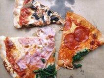 Cięcie kawałki Quatro Stagioni pizza w kartonie fotografia royalty free
