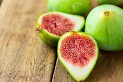 Cięcie otwarta przekrawająca dojrzała zielona figa z czerwoną brają Starzejący się deski drewna tło kosmos kopii zdjęcia royalty free