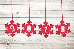 2018 cięcie w czerwonych tkanin bożych narodzeń ornamentach wiesza na białym drewnie zaszaluje tło Zdjęcie Royalty Free