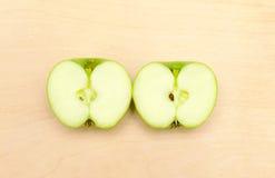 Cięcie w połówki zieleni jabłku Obraz Royalty Free