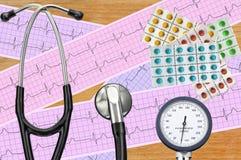 Ciśnienie krwi metr, cyfrowa pastylka, pigułki i stetoskop, zdjęcia royalty free