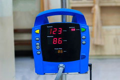 ciśnienie krwi monitor pokazuje normalnego ciśnienie krwi w Zdjęcie Stock