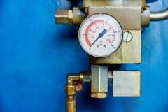 Ciśnieniowy wymiernik na hydraulicznej prasie fotografia stock