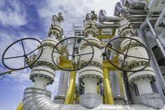 Ciśnieniowy zawór bezpieczeństwa instaluje przy rozładowaniem karma benzynowy kompresor ochraniać niespodziewanego naciska obrazy stock