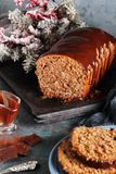 Cięcie domowej roboty czekoladowy chleb Obrazy Stock