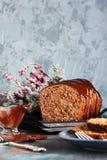 Cięcie domowej roboty czekoladowy chleb Obrazy Royalty Free