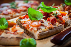 Ciągnienie pizzy w oddaleniu chleb Zdjęcia Royalty Free