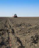 Ciągnikowe obsiewanie uprawy przy polem Fotografia Stock