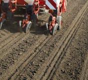 Ciągnikowe obsiewanie uprawy przy polem Zdjęcia Stock