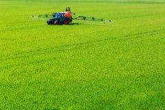 Ciągnikowi opryskiwania glyphosate pestycydy na polu Zdjęcie Royalty Free