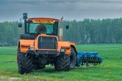 Ciągnikowy operator orze miejsce w deszczu Obraz Royalty Free