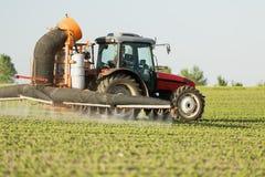 Ciągnikowy opryskiwanie soi upraw pole Obrazy Stock