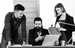 ci??ka praca sztuki Pomyślni biznesowi mężczyźni i kobieta używa komputer dla pracy Fachowi ludzie przy prac? w biurze obraz stock