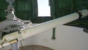 A ci?ncia Um observador masculino do cientista no telescópio coronário da alteração velha trabalha e serve um empregado de filme