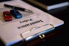 Ci?rrese encima de concepto del coche del seguro del objeto coche del seguro con el tablero de clip, el cuaderno, la pluma y los  imagen de archivo libre de regalías