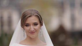 Ci?rrese encima de novia hermosa en exterior elegante del vestido que se casa Mujer encantadora que presenta a la c?mara almacen de video