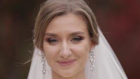 Ci?rrese encima de novia hermosa en exterior elegante del vestido que se casa Mujer encantadora que presenta a la c?mara almacen de metraje de vídeo