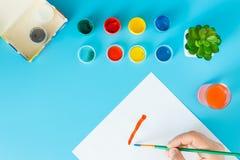 Ci?rrese para arriba de artista con la paleta y del cepillo todav?a que pinta vida en el papel en el estudio fotografía de archivo