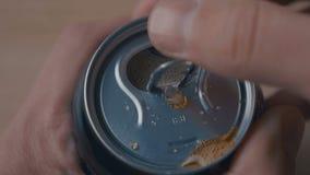 Ci?rrese para arriba de la lata de cerveza de aluminio abierta con el sonido almacen de metraje de vídeo