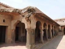 Ci?rrese para arriba de la piedra tallada del siglo X cre?da en el pozo antiguo de Chand Baori Step en el pueblo de Abhaneri, Raj imágenes de archivo libres de regalías
