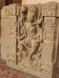 Ci?rrese para arriba de la piedra tallada del siglo X cre?da en el pozo antiguo de Chand Baori Step en el pueblo de Abhaneri, Raj fotos de archivo