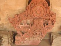 Ci?rrese para arriba de la piedra tallada del siglo X cre?da en el pozo antiguo de Chand Baori Step en el pueblo de Abhaneri, Raj foto de archivo