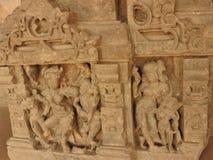 Ci?rrese para arriba de la piedra tallada del siglo X cre?da en el pozo antiguo de Chand Baori Step en el pueblo de Abhaneri, Raj imagen de archivo libre de regalías