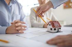 Ci?rrese para arriba de los arquitectos que discuten proyecto de la casa imagen de archivo libre de regalías