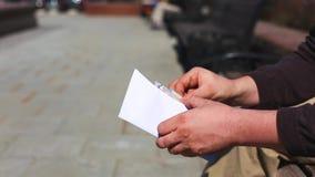 Ci?rrese para arriba de sobre del efectivo adentro en manos Prima del dinero en un sobre de papel Un hombre que sostiene un sobre almacen de metraje de vídeo
