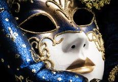 Ci?rrese para arriba de un azul con la m?scara veneciana tradicional elegante del oro imagen de archivo libre de regalías