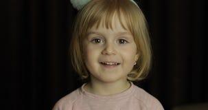 Ci?rrese para arriba de una peque?a cara linda rubia de la muchacha Sonrisa de la muchacha adentro Tiro del retrato foto de archivo libre de regalías