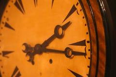 Ci?rrese para arriba del reloj de bolsillo del vintage que muestra los engranajes imagen de archivo libre de regalías