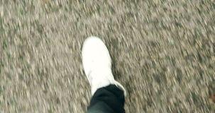 Ci?rrese para arriba del top que camina de las zapatillas de deporte del hombre blanco de los zapatos
