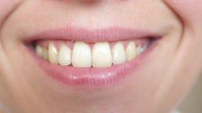 Ci?rrese para arriba en una sonrisa hermosa de una mujer joven primer sonriente de los dientes y de los labios de la muchacha metrajes